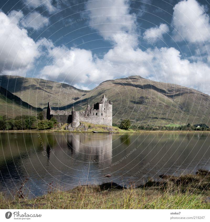 the roof was on fire Wolken Berge u. Gebirge Seeufer Ruine Einsamkeit Vergänglichkeit Schottland Kilchurn Castle verfallen Highlands Farbfoto Außenaufnahme