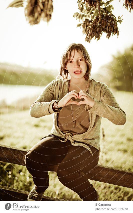 Herbstliebe feminin Jugendliche Hand 1 Mensch Natur Wiese Feld Zeichen Herz sitzen Gefühle Liebe Farbfoto Außenaufnahme Textfreiraum links Textfreiraum oben Tag