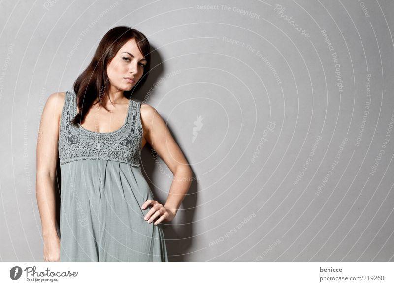 Pinup Frau Mensch Sommer Wand Mode stehen retro Körperhaltung Model Kleid brünett langhaarig selbstbewußt Hochmut Flirten