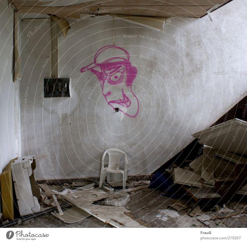 abgewohnt Stuhl Treppenhaus Tür Holz Graffiti alt dreckig hässlich kaputt Gewalt Vergänglichkeit Zerstörung Farbfoto Innenaufnahme Tag Comicfigur Müll Bauschutt
