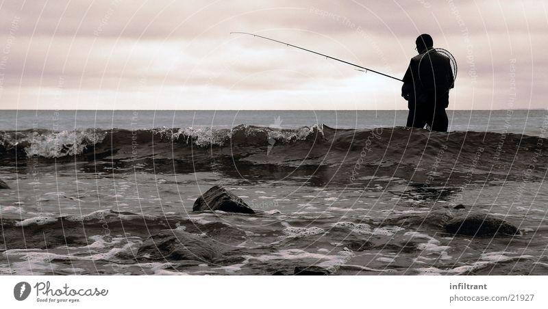 noch nichts gebissen?? Meer Wellen Angeln Angelrute Mann Wolken Wasser Freizeit & Hobby Ostsee Küste Himmel Schwarzweißfoto
