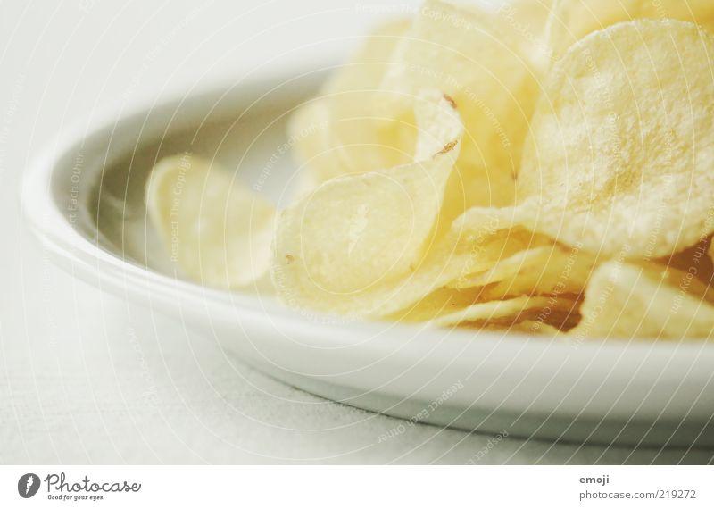 CHCHKZKKCH Ernährung Fastfood Fingerfood Teller gelb weiß Kartoffelchips salzig Fett ungesund Farbfoto Hintergrund neutral Schwache Tiefenschärfe Detailaufnahme