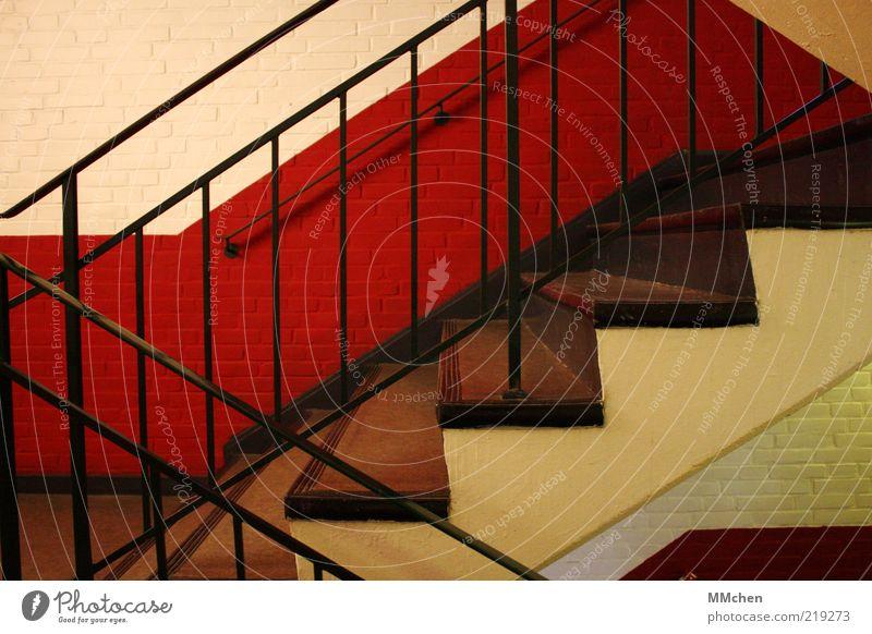 hoch oder runter? weiß rot schwarz Haus Wand Mauer Treppe Sauberkeit Innenarchitektur aufwärts steigen Geländer anstrengen abwärts aufsteigen