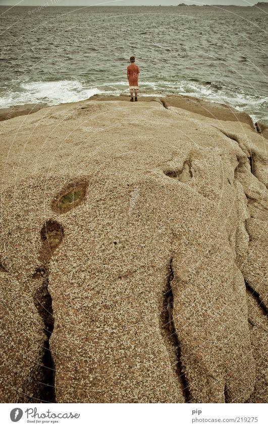 fern seher Natur Wasser Ferien & Urlaub & Reisen Meer Sommer Einsamkeit Ferne Junge Küste Wellen Horizont Wind Felsen bedrohlich nachdenklich beobachten