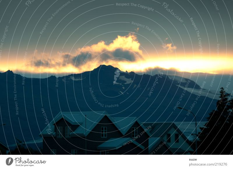 Langes Blinzeln Himmel Natur Sommer Wolken ruhig Landschaft Haus Umwelt dunkel Berge u. Gebirge Klima leuchten Häusliches Leben Urelemente Dach Gipfel
