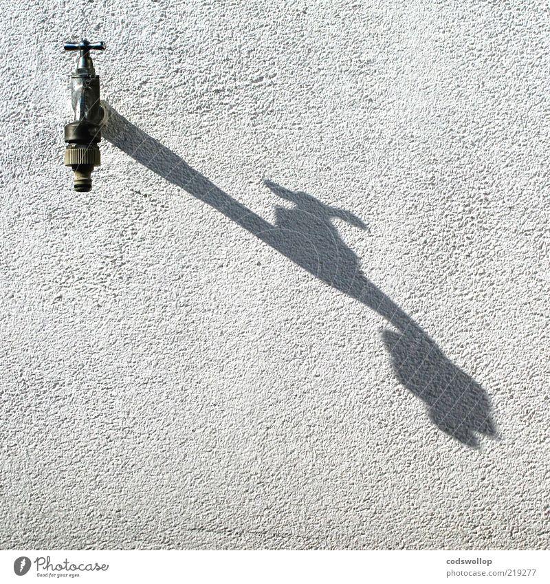 a shadow of his former self Wasser weiß grau Wetter Umwelt leer Klima heiß Schönes Wetter Dürre Klimawandel Wasserhahn Anschluss sparsam dehydrieren Putzfassade