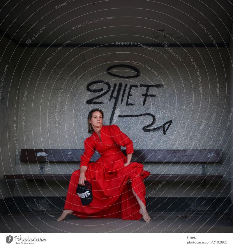 lil't feminin Frau Erwachsene 1 Mensch Schauspieler Hütte Gebäude Mauer Wand Kleid Mütze brünett langhaarig Zeichen Schriftzeichen Graffiti Bank beobachten