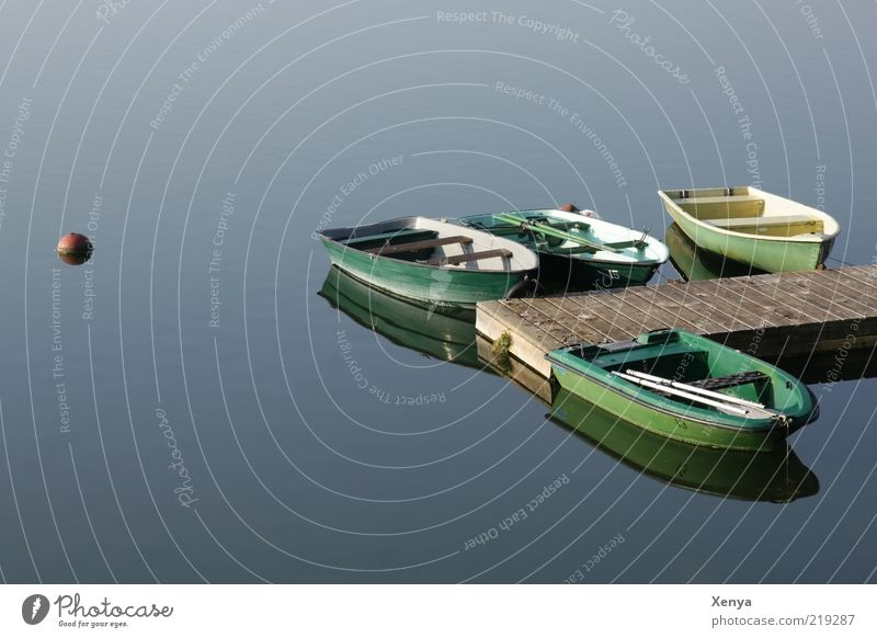 Morgens am See Ruderboot Wasser ruhig blau grün Wasserfahrzeug Steg Farbfoto Außenaufnahme Menschenleer Textfreiraum links Anlegestelle Boje Wasseroberfläche