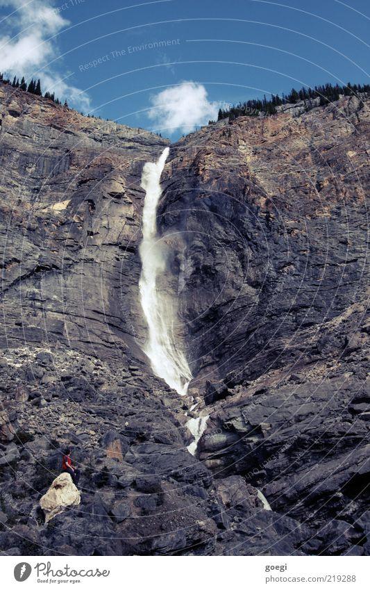 der Mensch ist so klein Himmel Mann Natur Wasser Sommer Wolken Erwachsene Umwelt Stein Felsen maskulin groß Urelemente 18-30 Jahre