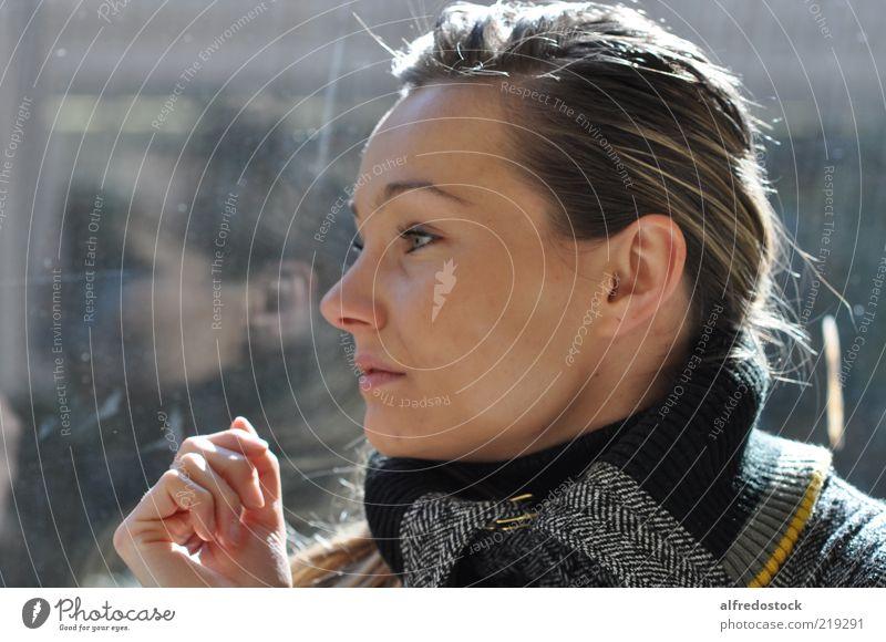 Das Mädchen und das Fenster Mensch feminin Junge Frau Jugendliche 1 18-30 Jahre Erwachsene Mode Mantel blond langhaarig Glas selbstbewußt Optimismus
