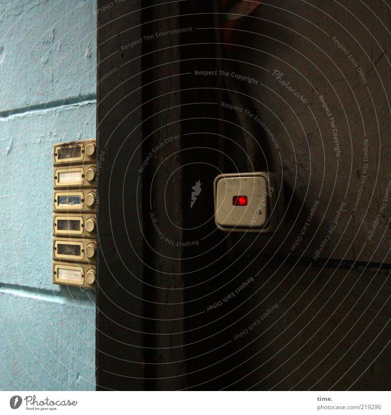 [HH10.1] - Rotlicht Lichtschalter Flur Hauseingang Namensschild Klingel Menschenleer Detailaufnahme hell-blau dunkelbraun Eingang rot Beleuchtung leuchten Mauer