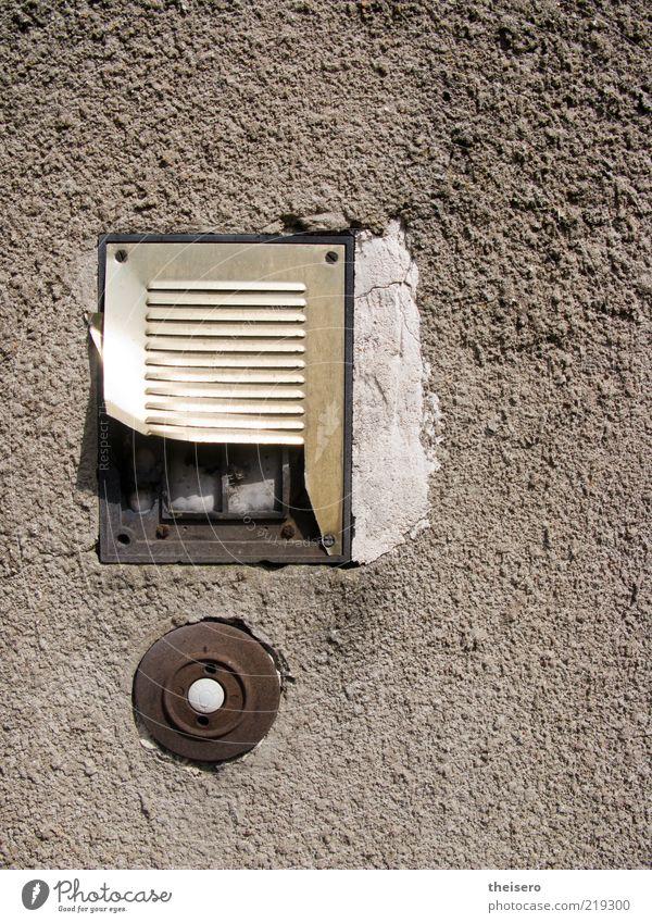 licht + ton alt Haus Wand Stein Mauer Metall retro kaputt Klingel eckig Namensschild Gegensprechanlage Putzfassade