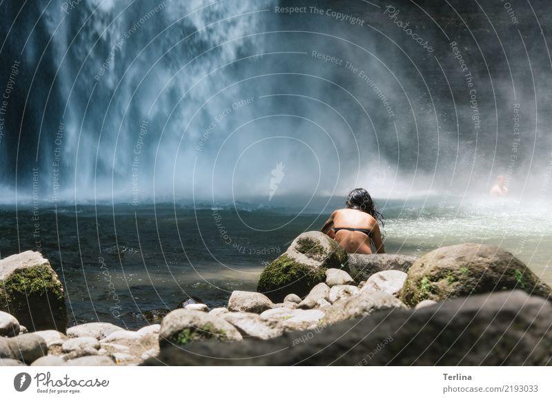 Wasserfall mit Pool feminin Frau Erwachsene 1 Mensch 30-45 Jahre Natur Landschaft Sommer Schönes Wetter Berge u. Gebirge Schlucht Schwimmen & Baden beobachten