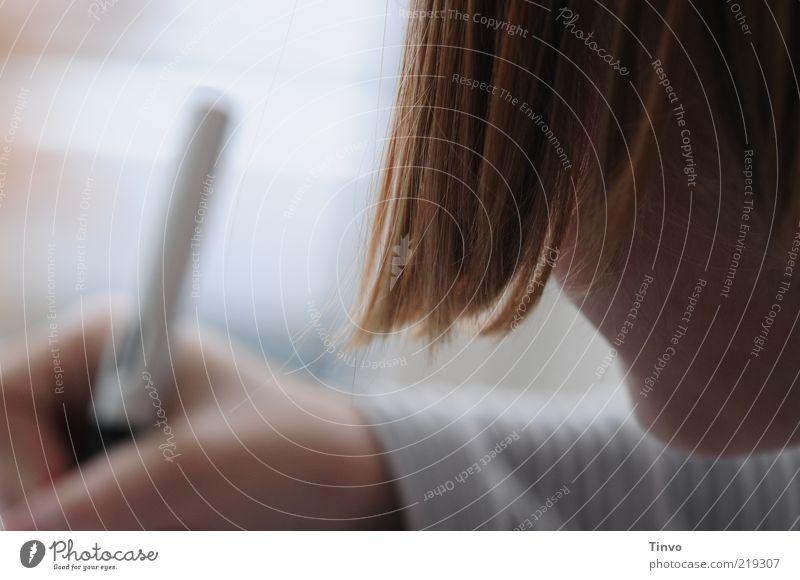 Kind schreibt an den Hausaufgaben Mensch Hand Haare & Frisuren Schule Finger Studium lernen Bildung Student schreiben Konzentration Schreibstift Schüler