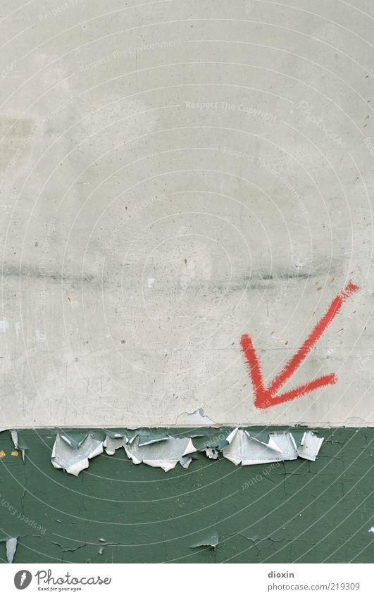Dezenter Hinweis Mauer Wand alt grau grün rot Verfall Pfeil Farbstoff Anstrich abblättern Schilder & Markierungen Farbfoto Innenaufnahme Menschenleer