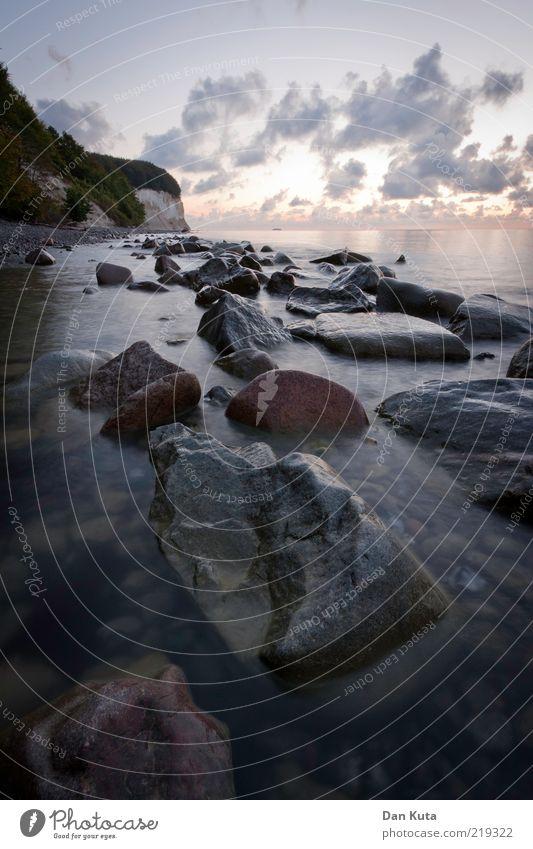 Die Ruhe vor der Ruhe Wasser Himmel Meer Strand ruhig Wolken dunkel Herbst Landschaft Stimmung Küste glänzend nass Horizont Insel weich