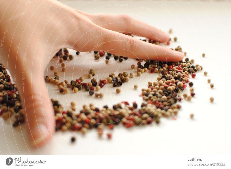 wegwischen. Hand weiß Finger Reinigen Kräuter & Gewürze viele mehrfarbig Pfeffer Mensch Unschärfe Wischen