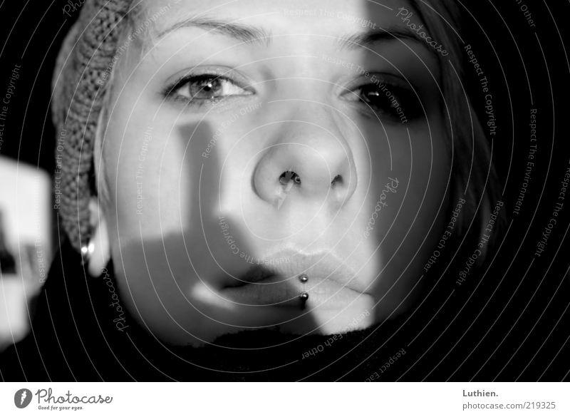 Schattenspiel Mensch feminin Junge Frau Jugendliche Erwachsene Kopf Gesicht Auge Nase Mund Lippen 1 atmen glänzend schwarz weiß gemütlich Mütze Piercing