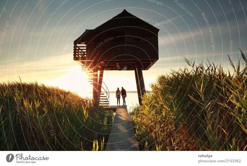 Paar von hölzernen Beobachtungsturm bei Sonnenuntergang Sommer Meer Landschaft Himmel Küste See Gebäude Architektur Wege & Pfade Zusammensein Gelassenheit