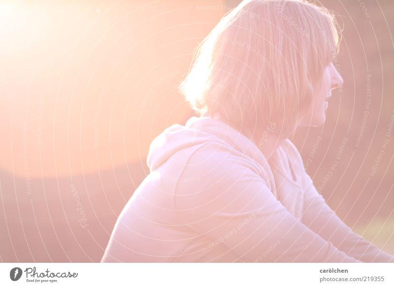 und ein Licht im Rücken... Frau Mensch Jugendliche ruhig gelb feminin Wärme hell Erwachsene rosa sitzen Hoffnung Warmherzigkeit Gelassenheit genießen langhaarig