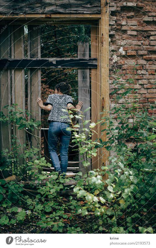 jemand zuhause? II Mensch Natur Jugendliche Junge Frau Einsamkeit Haus 18-30 Jahre Erwachsene feminin Tür Sträucher Neugier entdecken verfallen Ruine schäbig