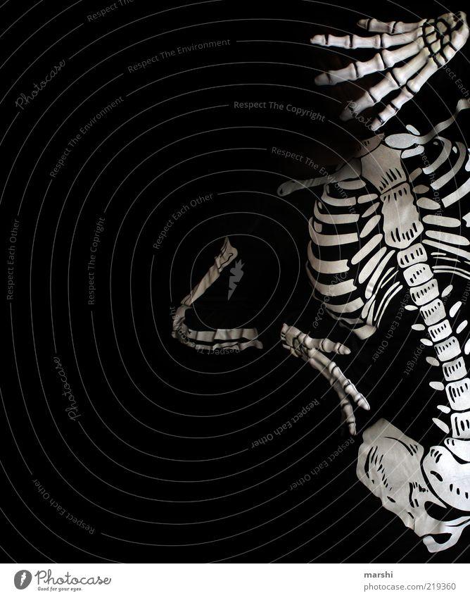 Halloween steht vor der Tür Mensch weiß schwarz dunkel Körperhaltung Freizeit & Hobby Karneval gruselig skurril Karnevalskostüm Skelett Kostüm Schwarzweißfoto