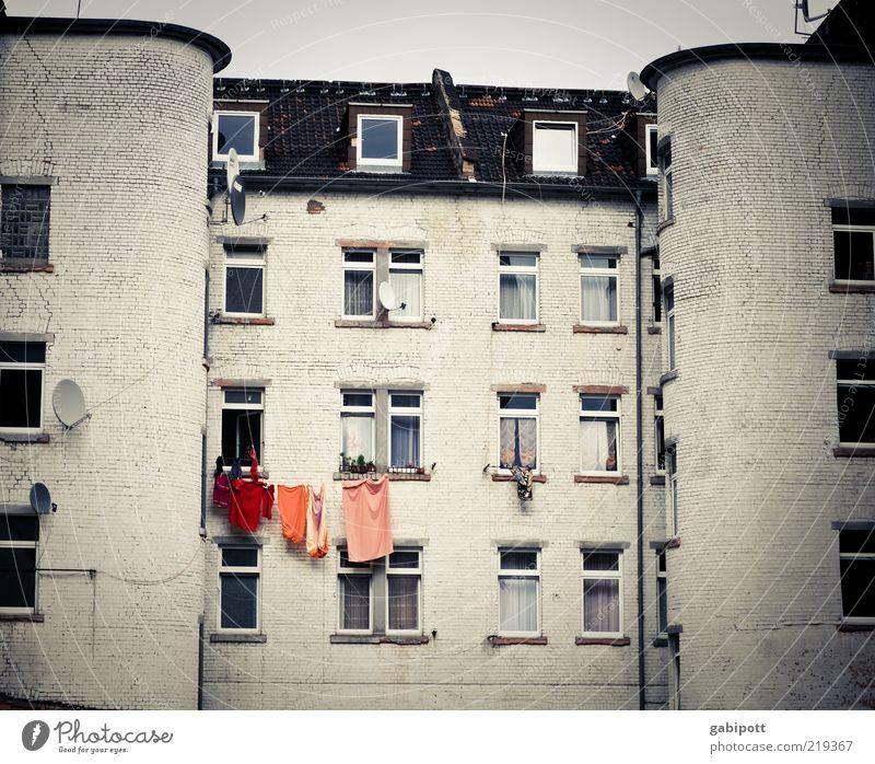 Alltagsfarben weiß Stadt Haus Fenster Fassade Verfall Hinterhof Anschnitt Bildausschnitt Wäscheleine Stadthaus Mannheim Satellitenantenne Wohnhaus