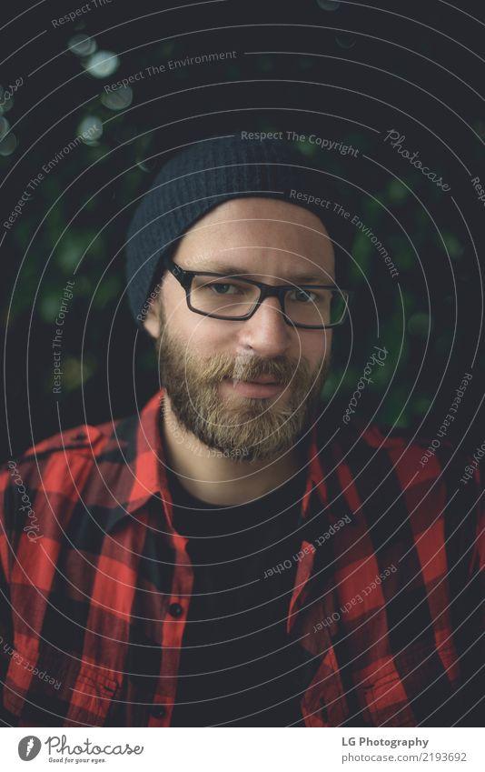 Glückliches Hippie-Porträt Mann Pflanze schön weiß ruhig Erwachsene Lifestyle Gefühle natürlich Mode Lächeln Fotografie Coolness Freundlichkeit Hut Hemd