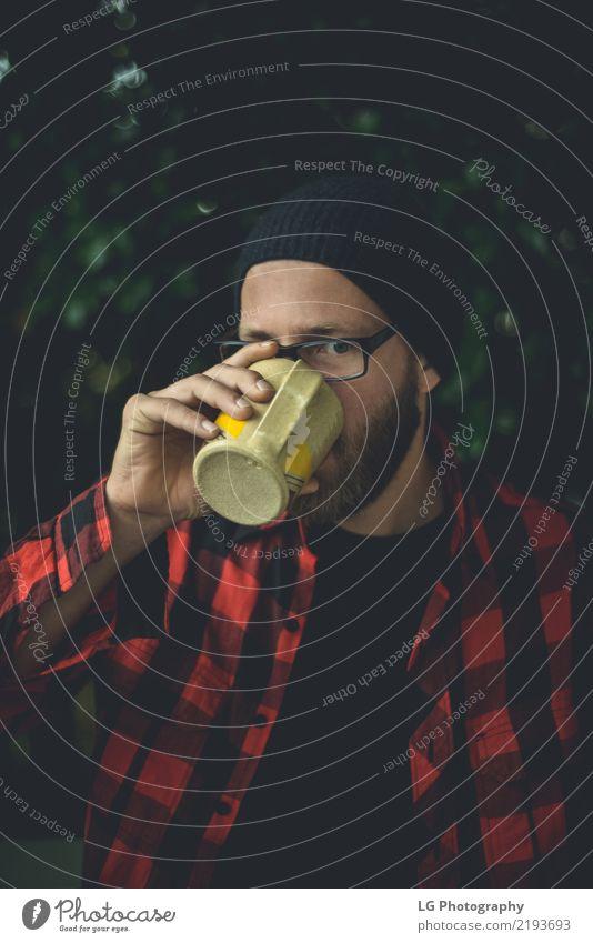 Trinkender Kaffee des glücklichen Hippies Mann Pflanze schön weiß ruhig Erwachsene Lifestyle Gefühle natürlich Mode Lächeln Fotografie Coolness Freundlichkeit