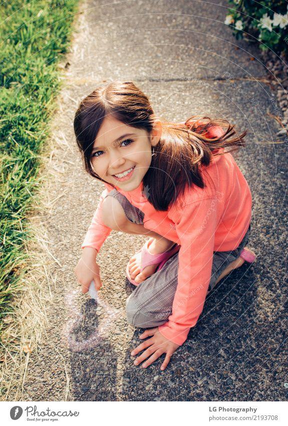 Junges Mädchen mit braunen Haaren spielt draußen. Glück schön Spielen Sommer Sonne Mensch Frau Erwachsene Kunst Blume Graffiti niedlich rosa Sicherheit Farbe