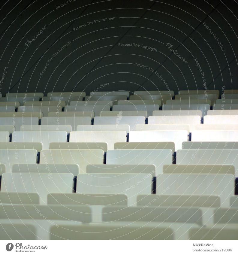 Semesterferien II Bildung Schule Berufsausbildung Studium Hörsaal Innenaufnahme Menschenleer Textfreiraum oben Sitz Sitzreihe Reihe aufgereiht Stuhl Stuhlreihe