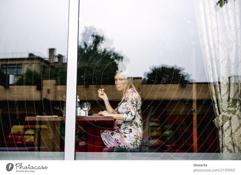 Essen für 2 Jugendliche Junge Frau Freude Fenster Erwachsene Leben Wärme feminin Familie & Verwandtschaft Freiheit Feste & Feiern Stimmung Ausflug