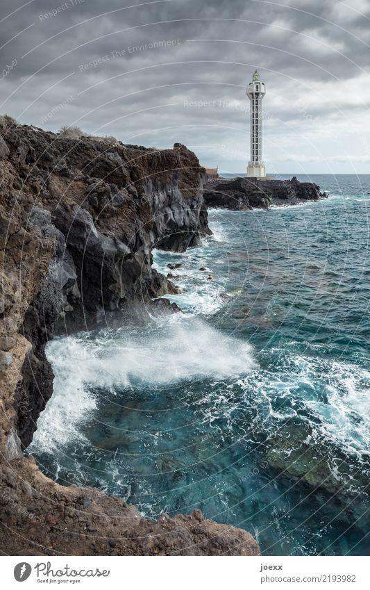 Raketentest Wasser Himmel Wolken Horizont Felsen Wellen Meer Insel La Palma Spanien Menschenleer Turm Leuchtturm hoch maritim modern rund blau braun weiß Design