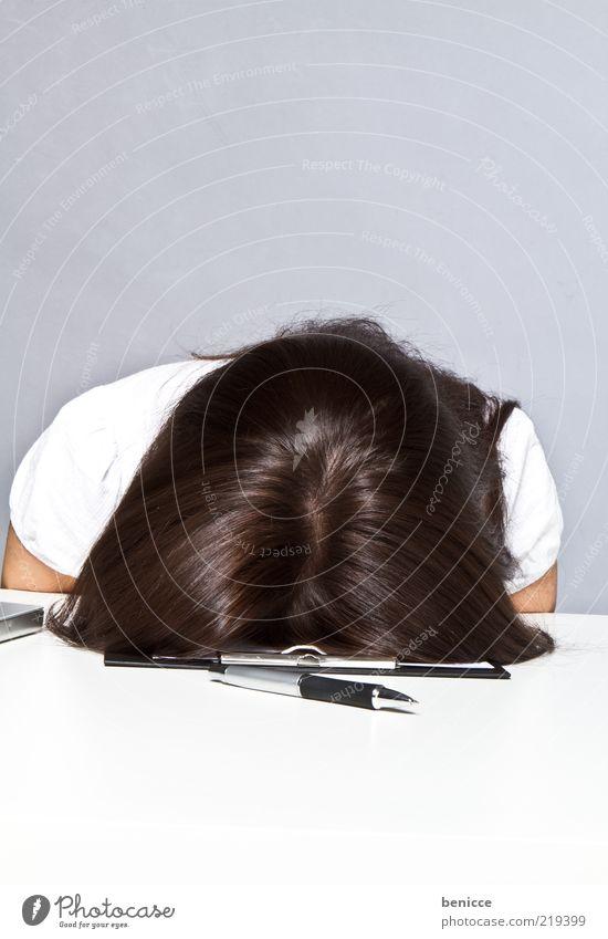 Endlich Freitag Frau Mensch Büro Frustration Schreibtisch fertig Knockout Erschöpfung Müdigkeit Stress Arbeit & Erwerbstätigkeit Business Insolvenz Kopf Tisch