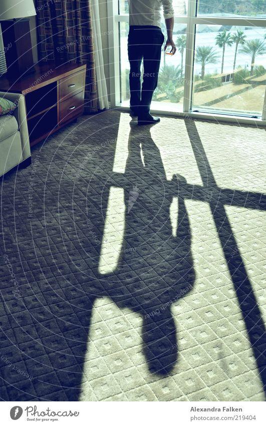 Mann am Fenster V Mensch Erwachsene Leben Raum maskulin elegant Schönes Wetter ästhetisch Coolness retro Teppich anonym seriös Fensterblick