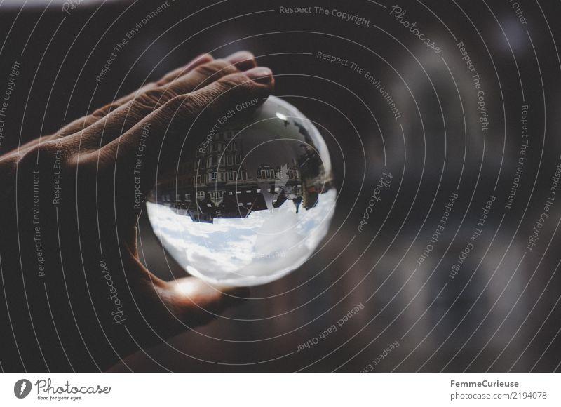 Auf dem Kopf (02) Haus Häusliches Leben Glaskugel festhalten Hand Reflexion & Spiegelung Wolken Wohnhaus Farbfoto Außenaufnahme Kontrast Unschärfe