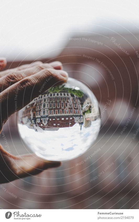 Auf dem Kopf (01) Stadt Haus Häusliches Leben Glaskugel auf dem Kopf Hand festhalten Reflexion & Spiegelung Wolken Wohnhaus Farbfoto Außenaufnahme