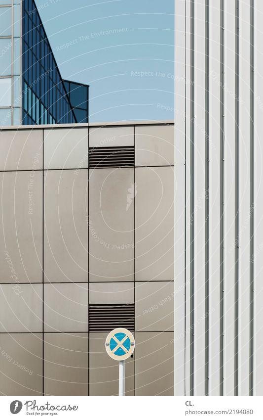 halteverbot Stadt Straße Architektur Wand Gebäude Mauer Fassade Verkehr Hochhaus Ordnung Schilder & Markierungen Schönes Wetter Hinweisschild Wolkenloser Himmel