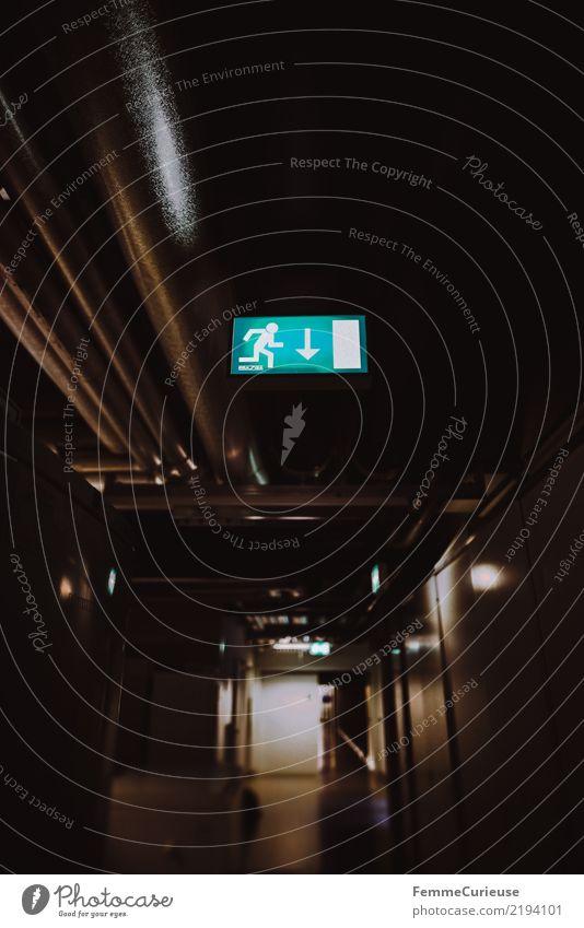 Science is beautiful (34) Haus dunkel leuchten Kommunizieren Hinweisschild Leuchtreklame Leitung Wegweiser Gang Fluchtweg Notausgang
