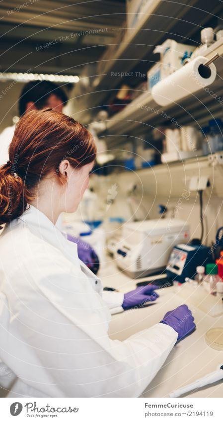 Science is beautiful (43) maskulin feminin Frau Erwachsene Mann 2 Mensch 18-30 Jahre Jugendliche 30-45 Jahre Fortschritt kompetent Konzentration Teamwork