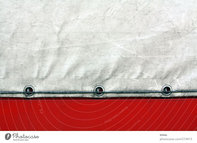 Lebenslinien #19 Seil Verkehrsmittel Anhänger Metall Kunststoff Schnur dreckig rot weiß Sicherheit Abdeckung Öse Blech Metallwaren Falte geschlossen Befestigung
