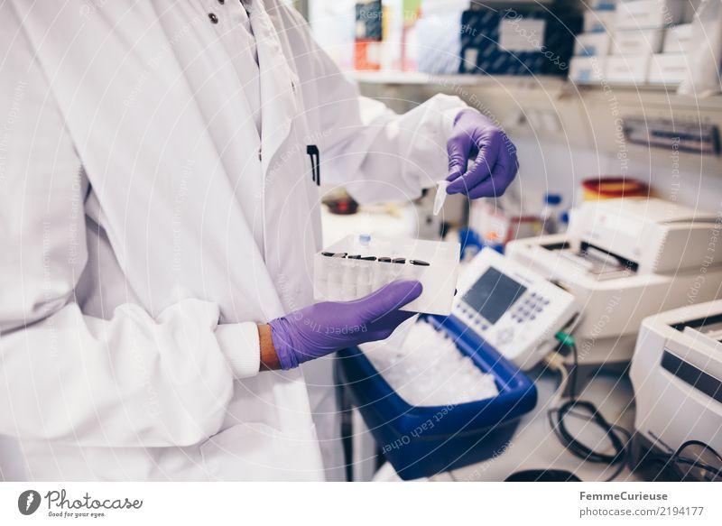 Science is beautiful (20) Technik & Technologie Wissenschaften Fortschritt Zukunft kompetent Konzentration Wissenschaftler Handschuhe Schutzbekleidung