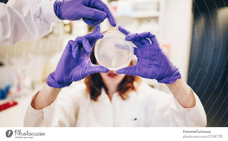 Science is beautiful (28) Wissenschaften Fortschritt Zukunft Mensch 18-30 Jahre Jugendliche Erwachsene 30-45 Jahre kompetent Konzentration Petrischale