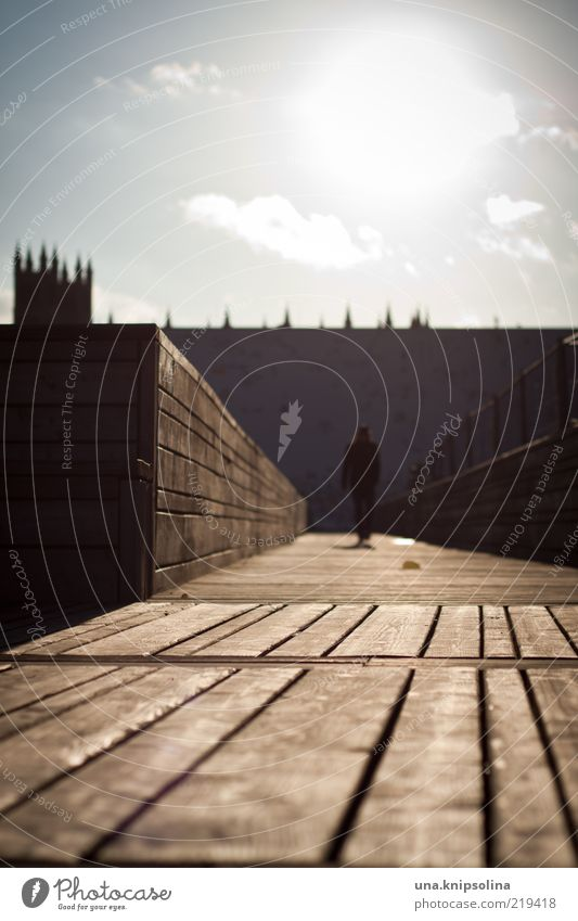 i felt so safe in a warming bath of sunlight Mensch Sonne Bewegung Wege & Pfade Holz hell gehen Platz leuchten Schönes Wetter Burg oder Schloss Steg Fußgänger