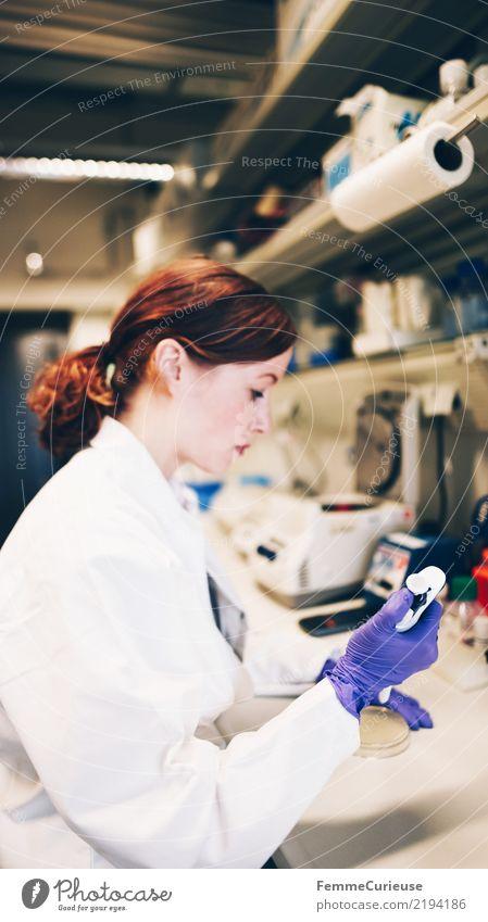 Science is beautiful (07) Frau Mensch Jugendliche Junge Frau 18-30 Jahre Erwachsene feminin Technik & Technologie Zukunft Konzentration Wissenschaften