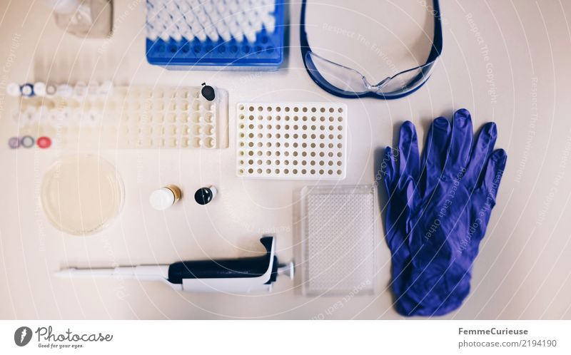 Science is beautiful (17) Technik & Technologie Wissenschaften Fortschritt Zukunft kompetent Schutzbrille Behälter u. Gefäße Pipette Petrischale Handschuhe