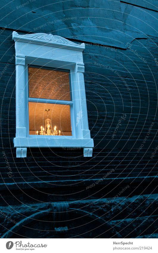Window - Black & White elegant Stil Lampe Haus Mauer Wand Fassade Fenster Glas Backstein dunkel retro schön schwarz weiß Dekoration & Verzierung Kronleuchter