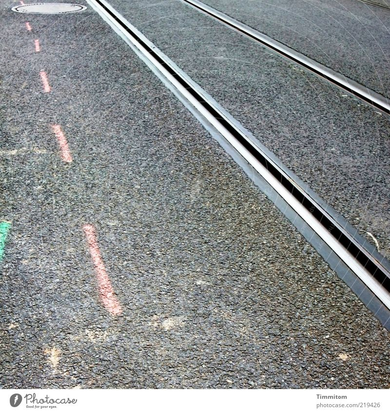 3 Linien Baustelle Menschenleer Verkehr Öffentlicher Personennahverkehr Schienenverkehr Gleise Metall grau rosa rein Asphalt Teer Textfreiraum links
