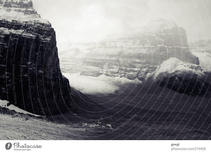 Entwicklung ungewiss Himmel Winter Einsamkeit kalt Schnee Herbst Berge u. Gebirge Nebel Felsen Gletscher trüb Textfreiraum schlechtes Wetter gewaltig
