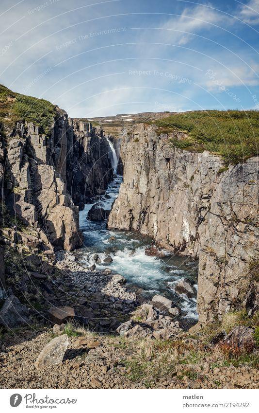 Wilde Schlucht Landschaft Wasser Himmel Wolken Frühling Schönes Wetter Schnee Gras Felsen Berge u. Gebirge Flussufer Wasserfall eckig wild blau braun grau grün